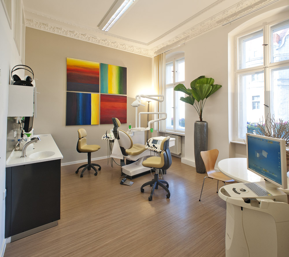 Zahnarztpraxis-Berlin-Neukoelln-Implantologie-Althoff-Behandlungsraum-4