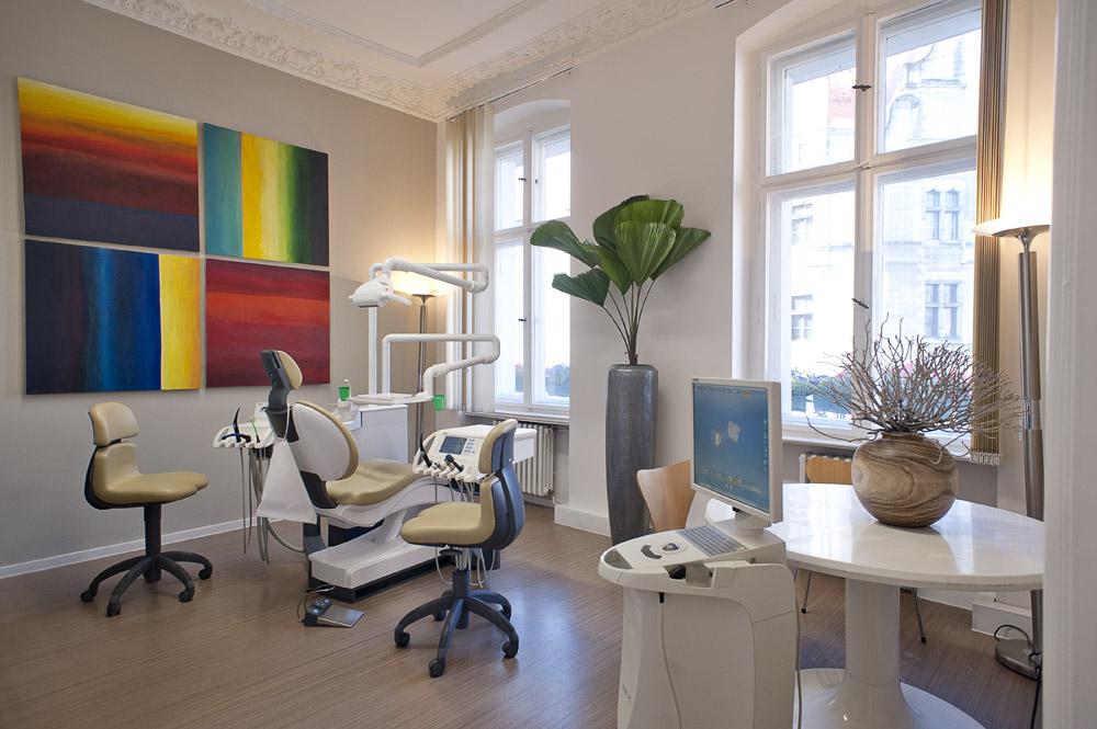 Zahnarztpraxis-Berlin-Neukoelln-Implantologie-Althoff-Behandlungsraum-6