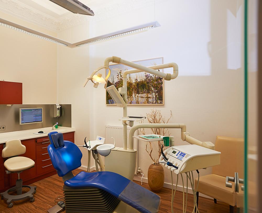 Zahnarztpraxis-Berlin-Neukoelln-Implantologie-Althoff-Behandlungsraum-7