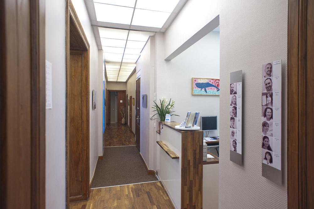 Zahnarztpraxis-Berlin-Neukoelln-Implantologie-Althoff-Behandlungsraum-Eingangsbereich
